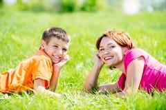 Madre e hijo felices en parque Foto de archivo