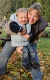 Madre e hijo jovenes felices Fotos de archivo