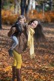 Madre e hijo juguetones en naturaleza Fotografía de archivo libre de regalías