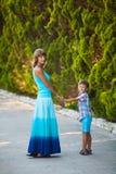 Madre e hijo que caminan en jardín Foto de archivo libre de regalías