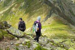Madre e hijo que caminan en las montañas Imagen de archivo