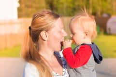 Madre e hijo que comen un panecillo para dos Imagen de archivo