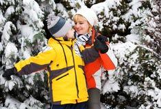 Madre e hijo que disfrutan de día de invierno hermoso Imagenes de archivo