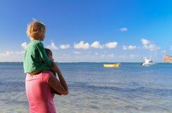 Familia en vacaciones tropicales Imágenes de archivo libres de regalías
