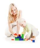 Madre e hijo que juegan bloques huecos juntos Imágenes de archivo libres de regalías