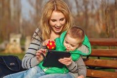 Madre e hijo que juegan con una PC de la tableta Foto de archivo