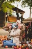 Madre e hijo que juegan en la yarda en el pueblo Fotos de archivo libres de regalías