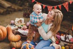 Madre e hijo que juegan en la yarda en el pueblo Imagen de archivo libre de regalías