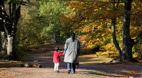 Madre e hijo que recorren en el bosque Imagenes de archivo
