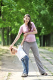 Madre e hijo que recorren en el parque Imagen de archivo