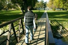 Madre e hijo que recorren en el puente del parque Foto de archivo libre de regalías