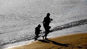 Madre e hijo que caminan en la playa Fotografía de archivo