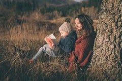Madre e hijo que se divierten en naturaleza Fotos de archivo libres de regalías