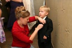 Madre e hijo que se preparan para la boda Fotos de archivo libres de regalías