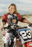 Madre e hijo que se sientan en la moto Imagen de archivo