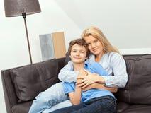 Madre e hijo que se sientan en un sofá Foto de archivo