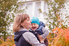 Madre e hijo que sonríen al aire libre Foto de archivo