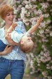 Madre e hijo que tienen la diversión junto, la risita, feliz y sonrisa Fotografía de archivo