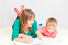 Madre e hijo que unen Imágenes de archivo libres de regalías