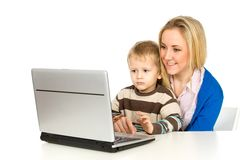 Madre e hijo que usa la computadora portátil Fotografía de archivo libre de regalías