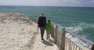 Madre e hijo que visitan Rosh Hanikra, Israel almacen de metraje de vídeo