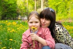 Madre e la figlia sul prato Fotografia Stock