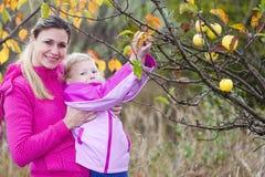 Madre e la sua figlia in autunno Fotografia Stock Libera da Diritti