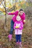 Madre e la sua figlia in autunno Immagini Stock Libere da Diritti