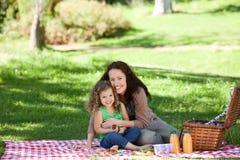 Madre e la sua figlia che fanno un picnic Fotografia Stock