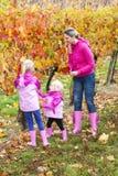 Madre e le sue figlie in autunno Fotografia Stock