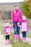 Madre e le sue figlie in autunno Fotografia Stock Libera da Diritti