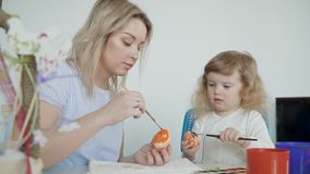 Madre e le sue piccole uova di Pasqua della pittura della figlia