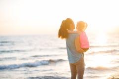 Madre e neonata in buona salute sulla spiaggia fotografia stock libera da diritti