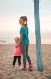 Madre e neonata in buona salute sulla spiaggia Fotografia Stock