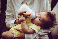 Madre e neonata a casa fotografia stock