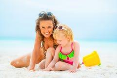 Madre e neonata che giocano sulla spiaggia Immagini Stock