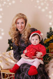 Madre e neonata come assistente di Santa al Natale Fotografia Stock Libera da Diritti