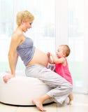 Madre e neonata incinte Fotografia Stock