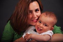 Madre e neonato sorridenti Fotografia Stock Libera da Diritti