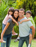 Madre e padre che danno a bambini un a due vie Immagine Stock Libera da Diritti