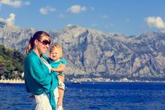 Madre e piccola figlia al mare Immagine Stock