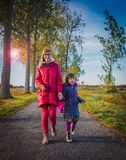 Madre e piccola figlia che camminano insieme sul modo all'Unione Sovietica immagini stock libere da diritti