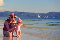 Madre e piccola figlia sulla spiaggia tropicale Fotografie Stock