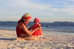 Madre e piccola figlia sulla spiaggia tropicale Fotografia Stock Libera da Diritti