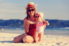 Madre e piccola figlia sulla spiaggia tropicale Immagine Stock Libera da Diritti