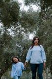 Madre e piccola ragazza peruviana che camminano insieme nel parco fotografie stock libere da diritti