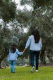 Madre e piccola ragazza peruviana che camminano insieme su un pomeriggio di autunno immagine stock