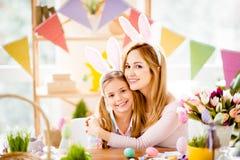 Madre e preparin incantanti, attraenti, graziosi, dolci della figlia fotografia stock libera da diritti