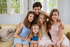 Madre e quattro figlie Fotografie Stock Libere da Diritti