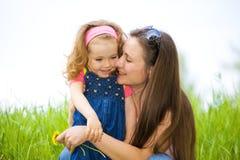 Madre e ragazza riccia Immagine Stock